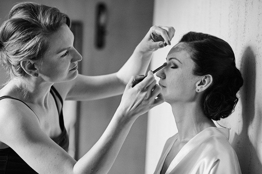 reportaż ślubny - przygotowanie makijażu Panny Młodej