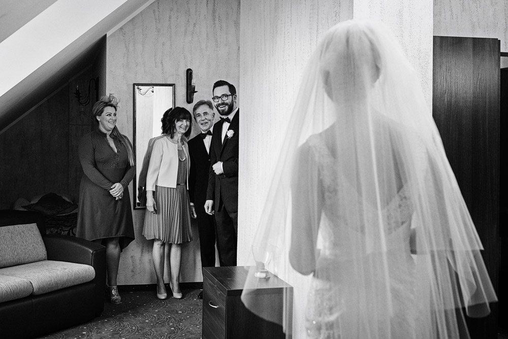 Pan Młody spotyka Pannę Młodą - wyjątkowe zdjęcia ślubne