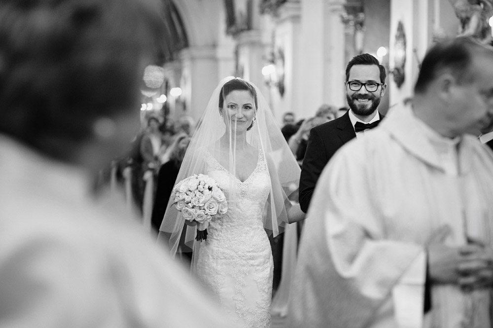 Państwo Młodzi wchodzą do kościoła - zdjęcia ślubne Wrocław