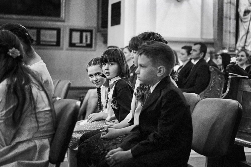 dzieci w ławce podczas ceremonii ślubnej we Wrocławiu