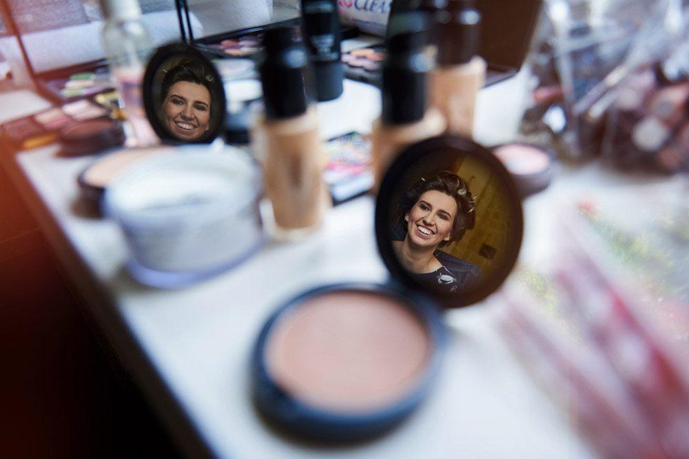 makijaż ślubny przygotowania - fotografia ślubna panny młodej - odbicie w lusterku
