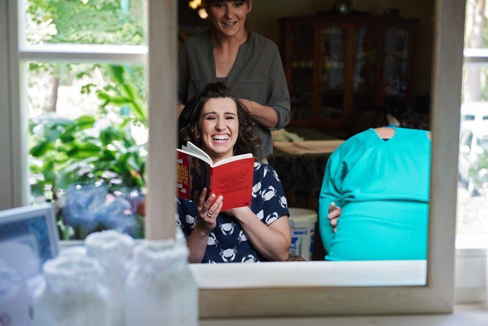 zdjęcia ślubne - panna młoda czyta książkę jak bogato wyjść za mąż