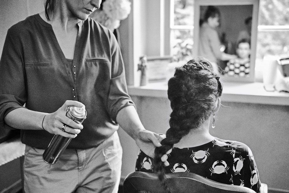 fotografia ślubna wrocław - przygotowania fryzura panny młodej