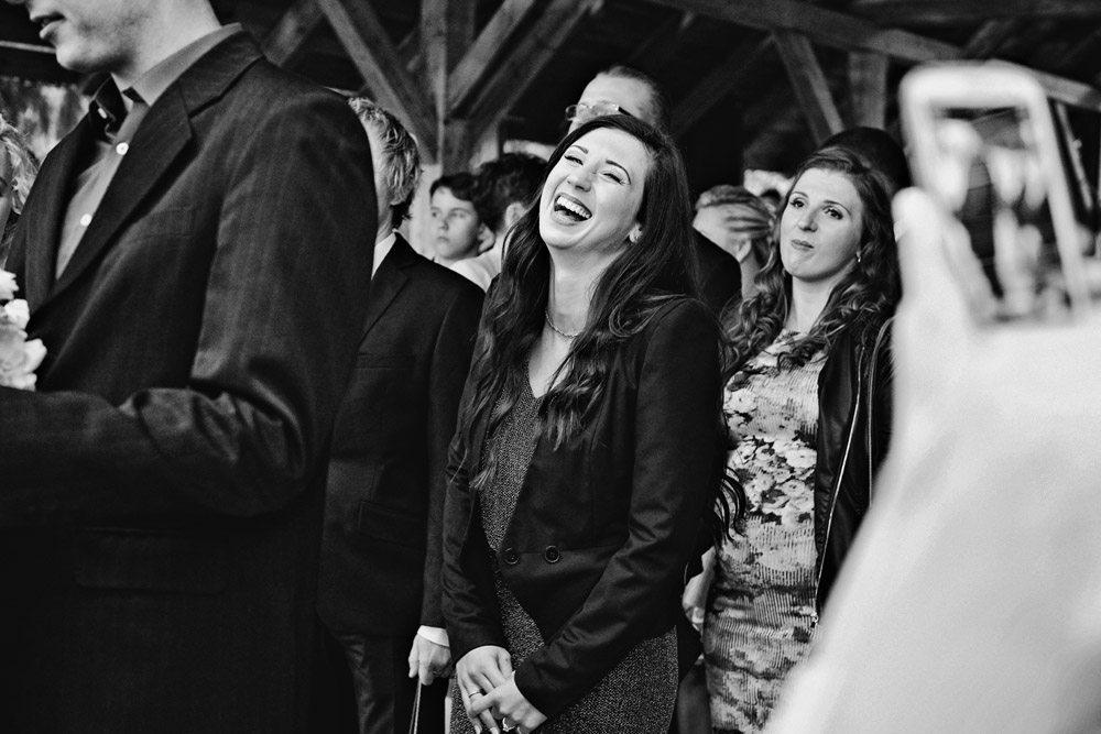 goście składają życzenia parze młodej - fotografia ślubna wrocław