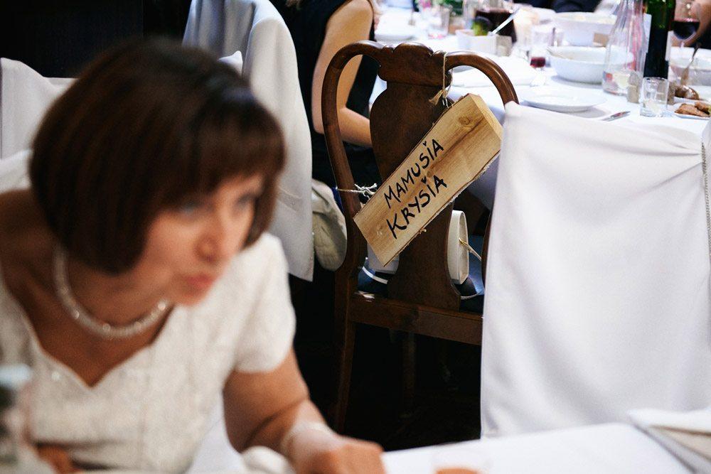ślub w stylu vintage - zdjęcia ślubne wrocław - udekorowane krzesło dla mamy