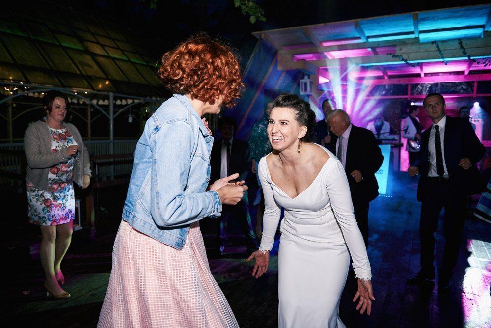 zabawa weselna tańczy panna młoda i świadkowa