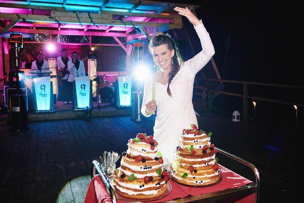 fotografia ślubna - korjenie tortów weselnych przez pannę młodą