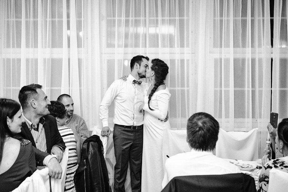 pocałunek pary młodej - zdjęcia ślubne wrocław