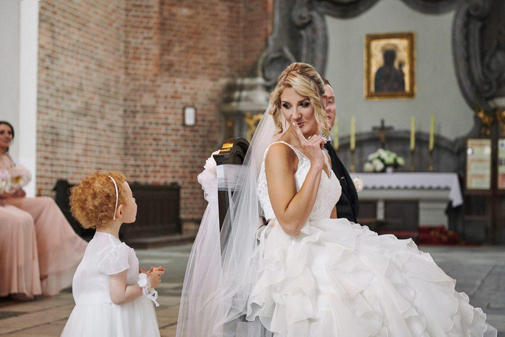 Pani Młoda ucisza swoją małą córeczkę, ceremonia w kościele