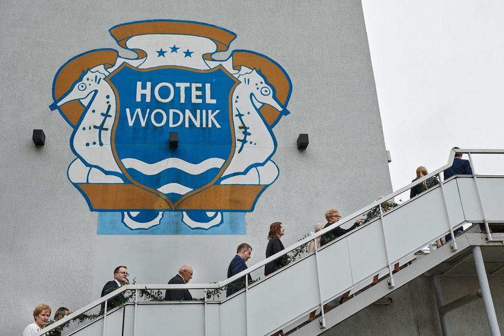 goście weselni wchodzą do Hotelu Wodnik