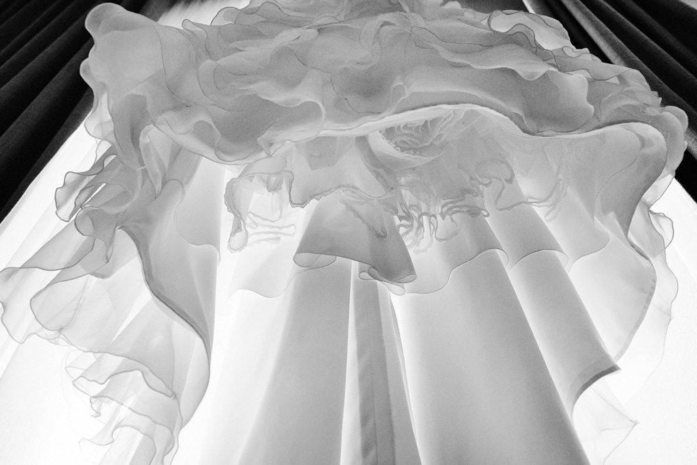 biała suknia ślubna z falbanami