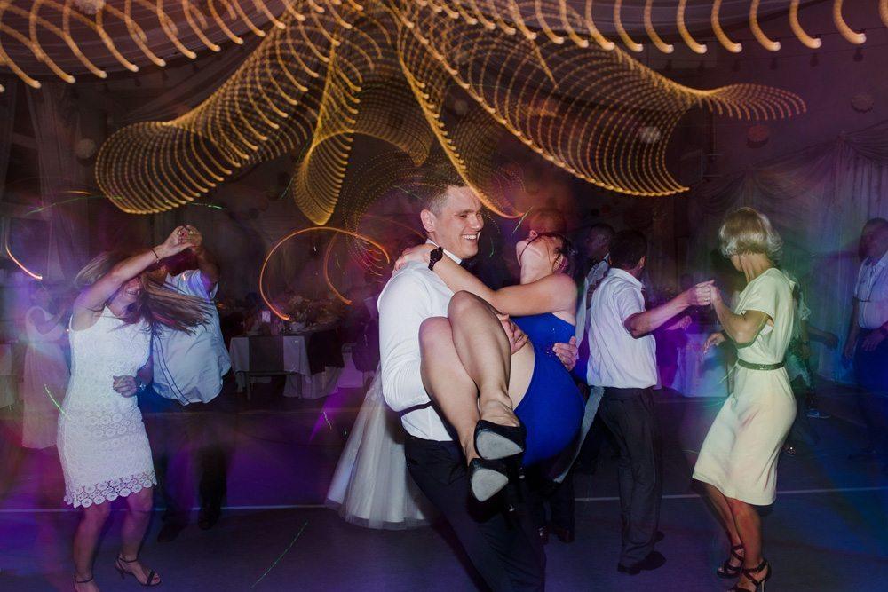 Para tańczy na weselu