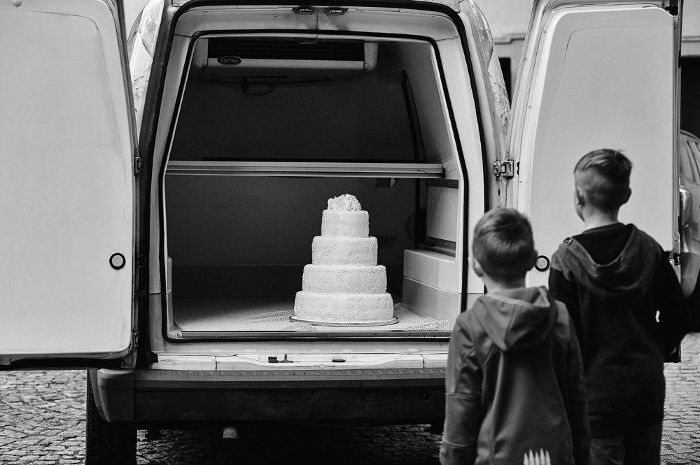 tort weselny w auto chłodni