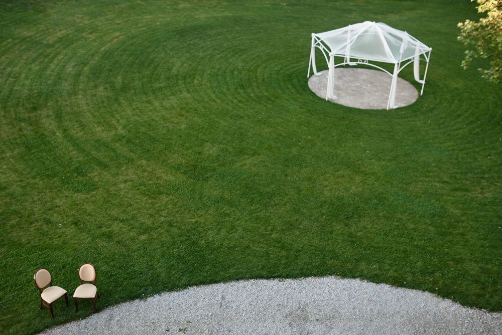 biała altana na środku trawnika przed Pałacem Konary
