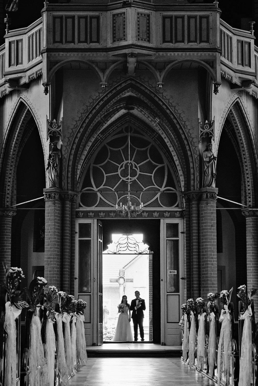 Para Młoda przed wejściem do kościoła na ceremonie ślubnę
