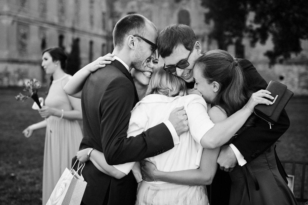 grupa przyjaciół wita się przytulając