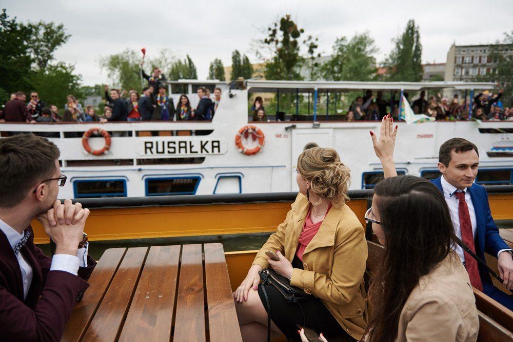goście weselni na statku po Odrze