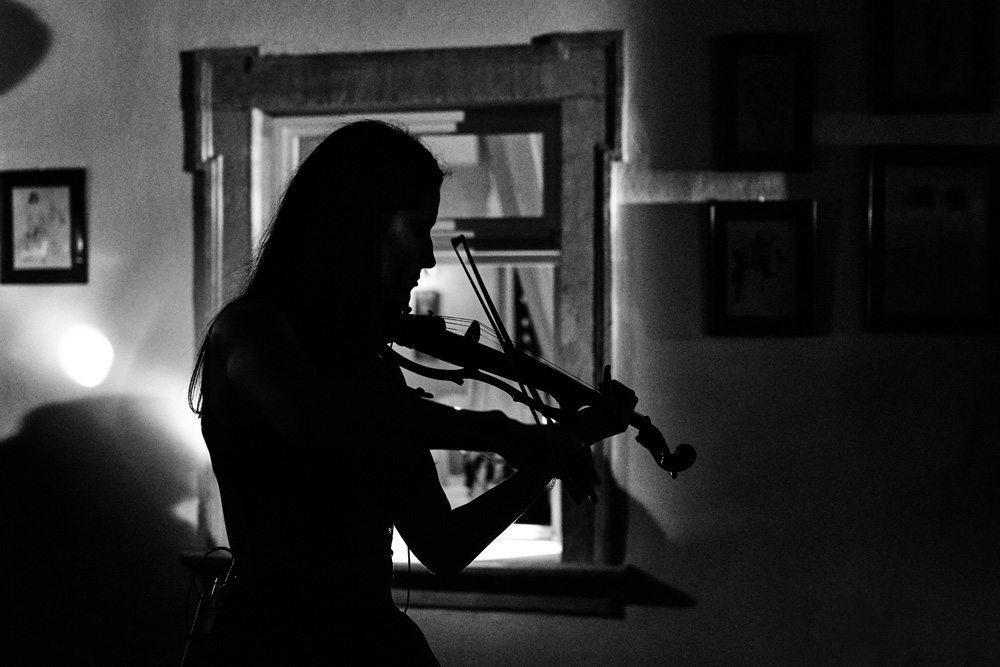 dziewczyny w półmorku gra na skrzypcach podczas ślubu