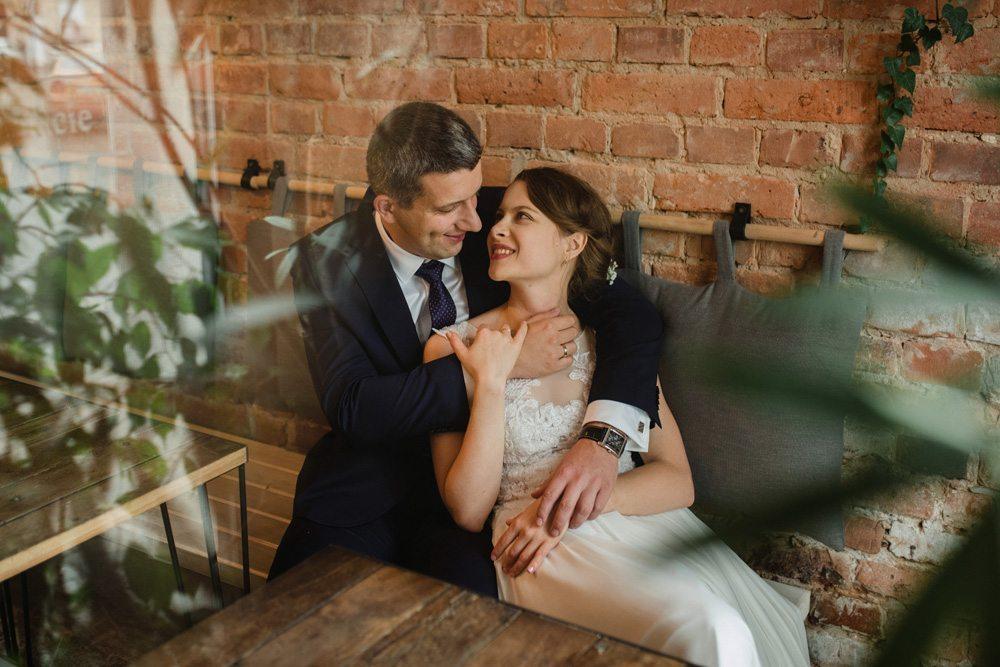 fotografia ślubna z pleneru w kawiarni