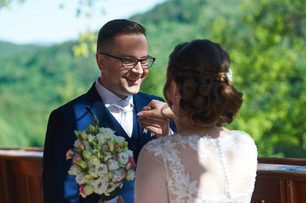 fotografia ślubna witającej się Pary Młodej