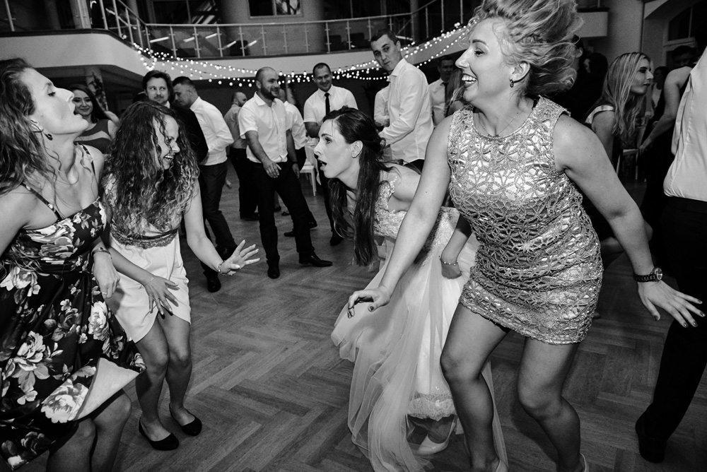 dziewczyny tańczą podczas wesela