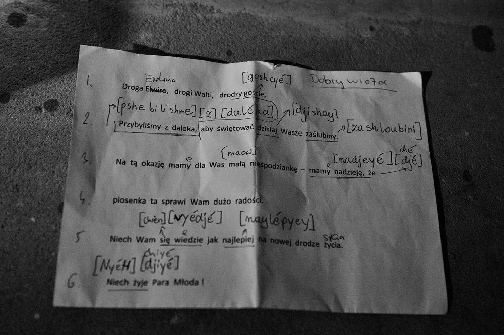 kartka z życzeniami ślubnymi zapisanymi fonetycznie