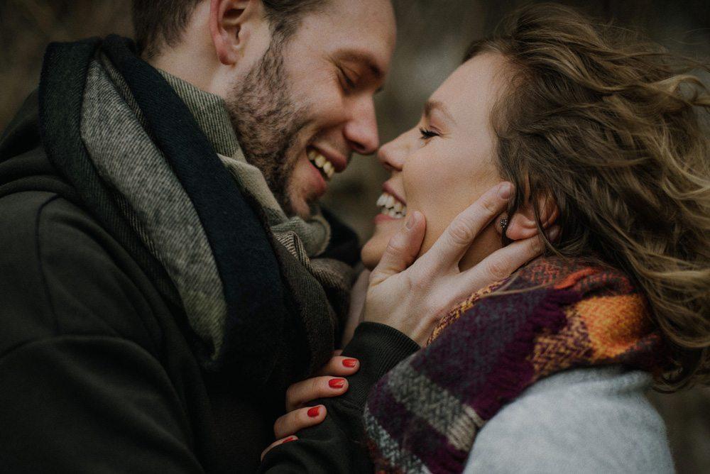 para narzeczonych przytula się przed pocałunkiem