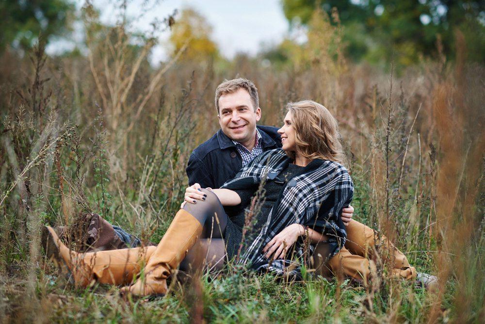 uśmiechnięta para, zdjęcia rodzinne w plenerze