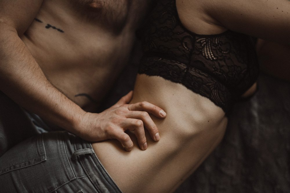 mąż dotyka żonę