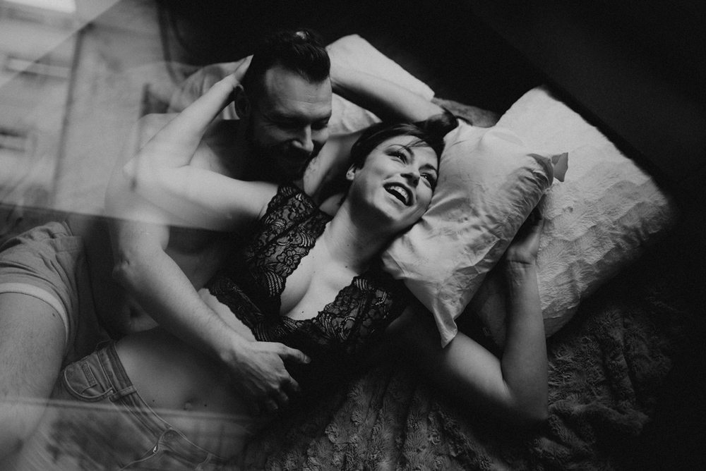 śmiejąca się para w łożku
