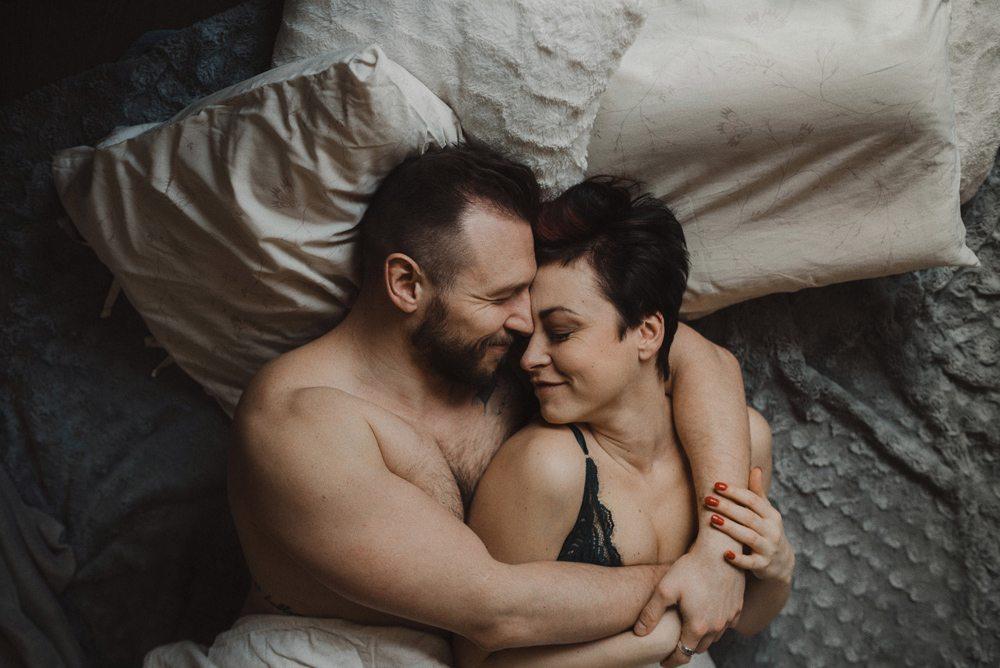 para przytulająca się w łóżku